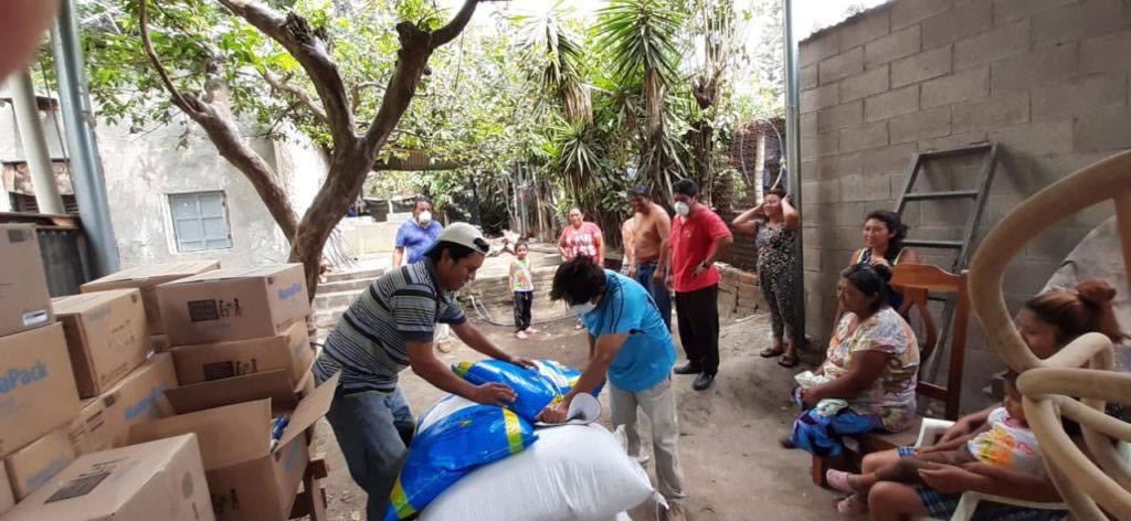 Llevándole alimentos a quienes los necesitan durante la cuarentena en El Salvador