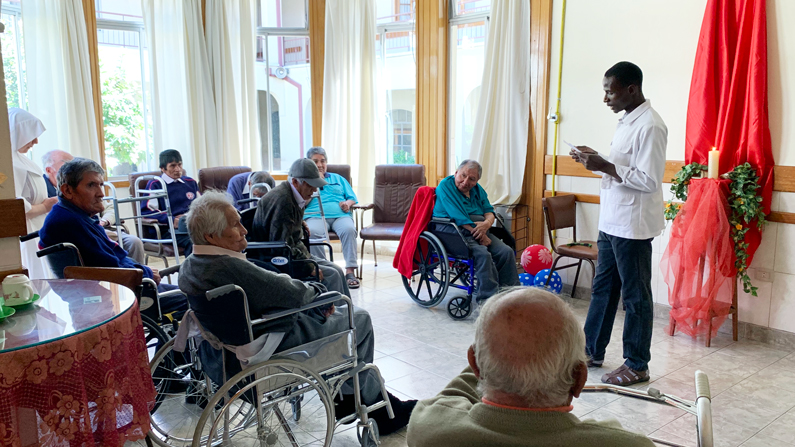 Seminaristas Maryknoll ayudan en hogar de ancianos durante pandemia